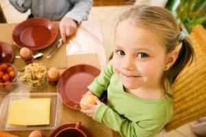 Little girl eating breakfast_Depositphotos_5024686_xl-2015